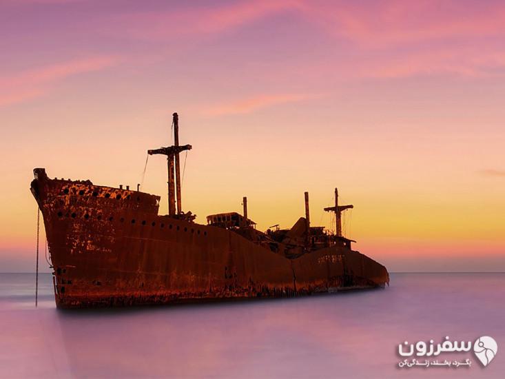 کشتی یونانی و ساحل آن
