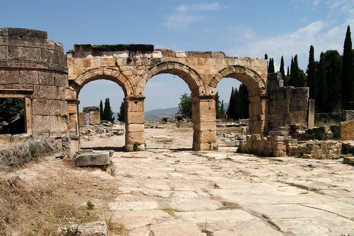 Hierapolis-Pamukkale مکانی باستانی در شهر ازمیر که توریستها علاقه زیادی به آن دارند