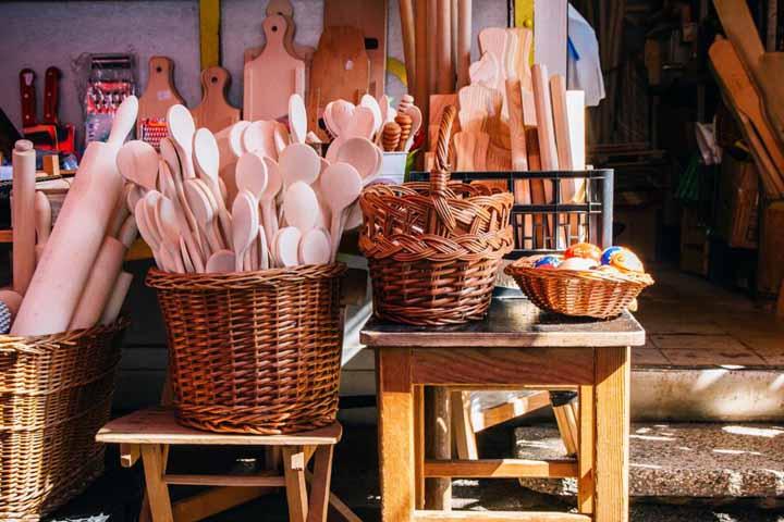 در بازار تِرِشنوکا لوازم آشپزخانهی چوبی و ارزانقیمت دستساز پیدا میکنید