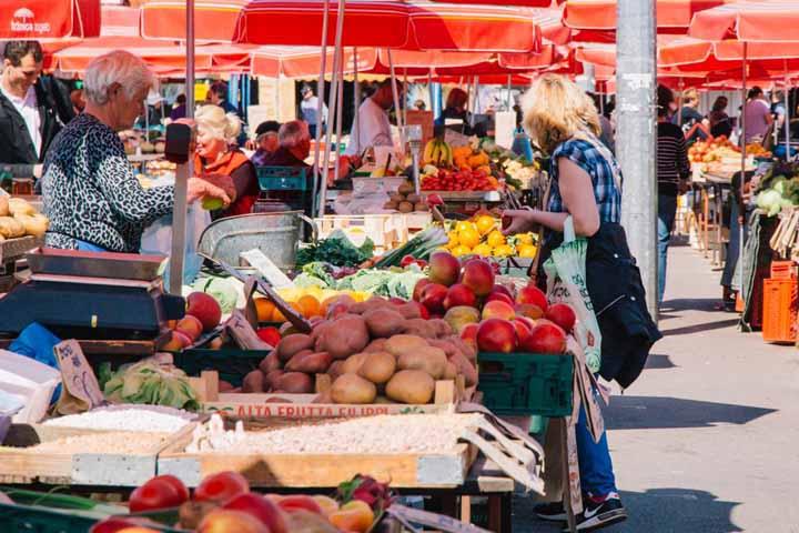 بازار ترشنوکا در میان بازارهای محلی زاگرب ، محل فروش میوهها و سبزیهای تازه است
