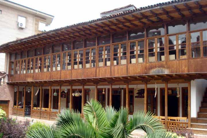 خانه میرزاکوچک خان جنگلی جاهای دیدنی رشت در پاییز