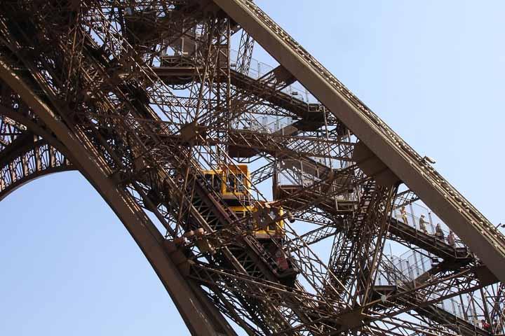 برای بالا رفتن از Eiffel Tower باید از آسانسور استفاه کنید