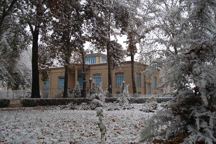 عمارت در زمستان