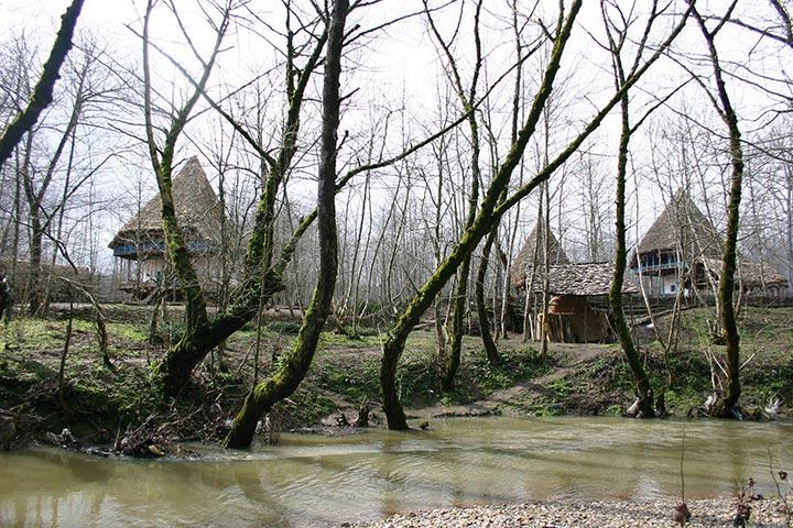 در کنار دریاچه زیبای موزه میراث روستایی گیلان عکسهای زیبا بگیرید