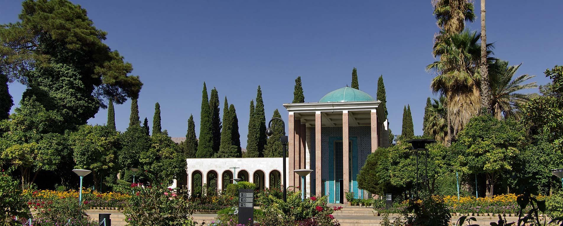 آرامگاه سعدی ، در سایه سار بوستان دلگشای شیراز