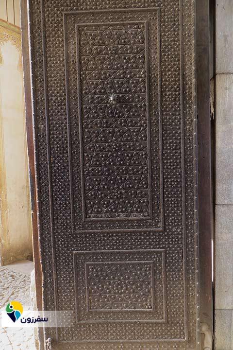یک لنگه از درب ورودی مسجد آقابزرگ