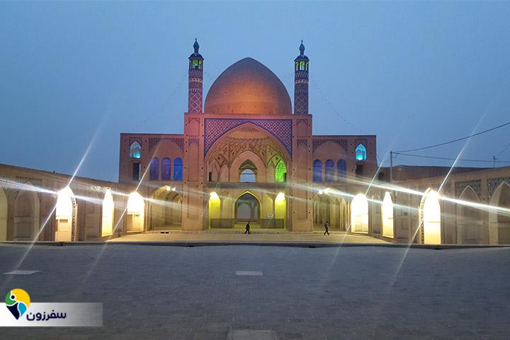 نمای مسجد آقابزرگ در شب