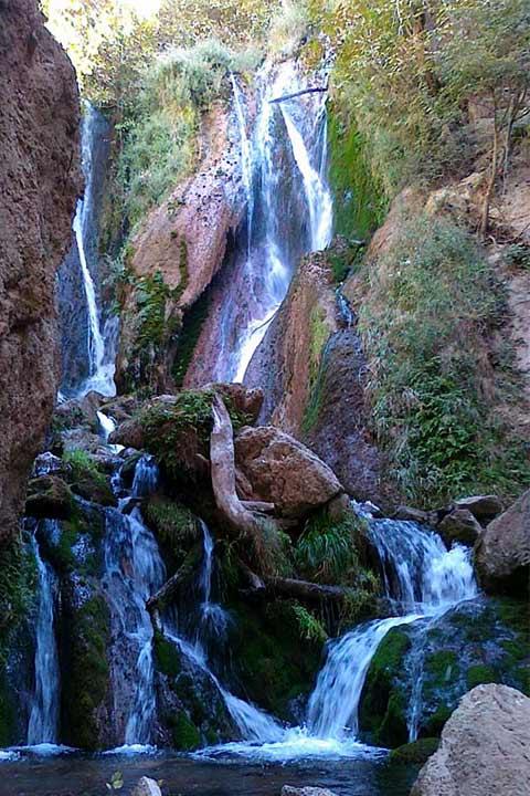 آبشاری بسیار زیبا در اطراف قلعه تل