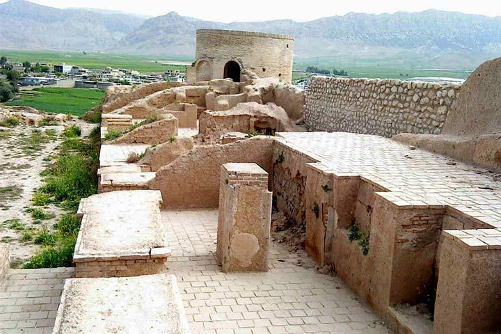 آثار مشهود از دوران مختلف در قلعه تل