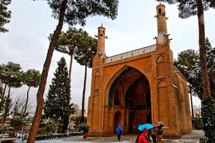 نمایی زمستانی از منارجنبان اصفهان