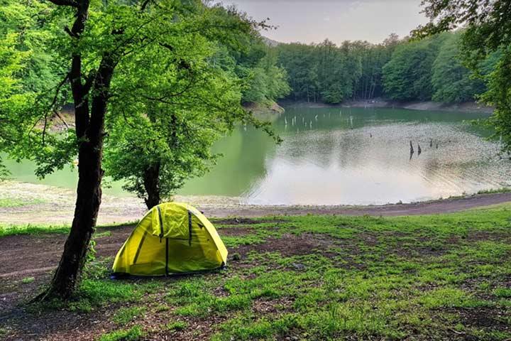 کمپ در کنار دریاچه چورت