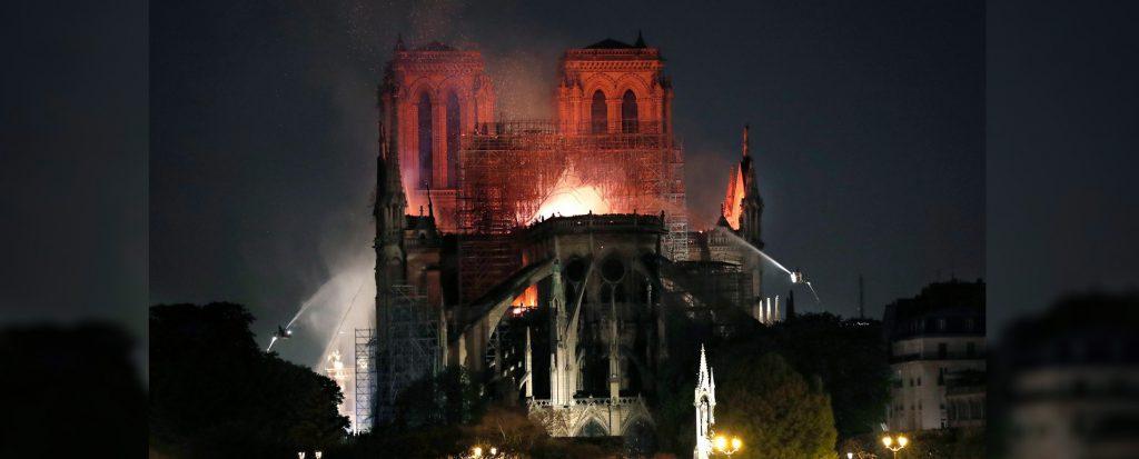 کلیسای نوتردام در آتش ، خاطرات گوژپشت دود شد