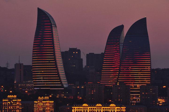 برج های شعه باکو | جاهای دیدنی باکو در شب