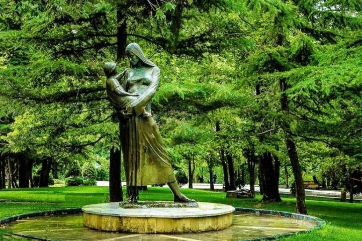 پارک ملت - مجسمه مادر