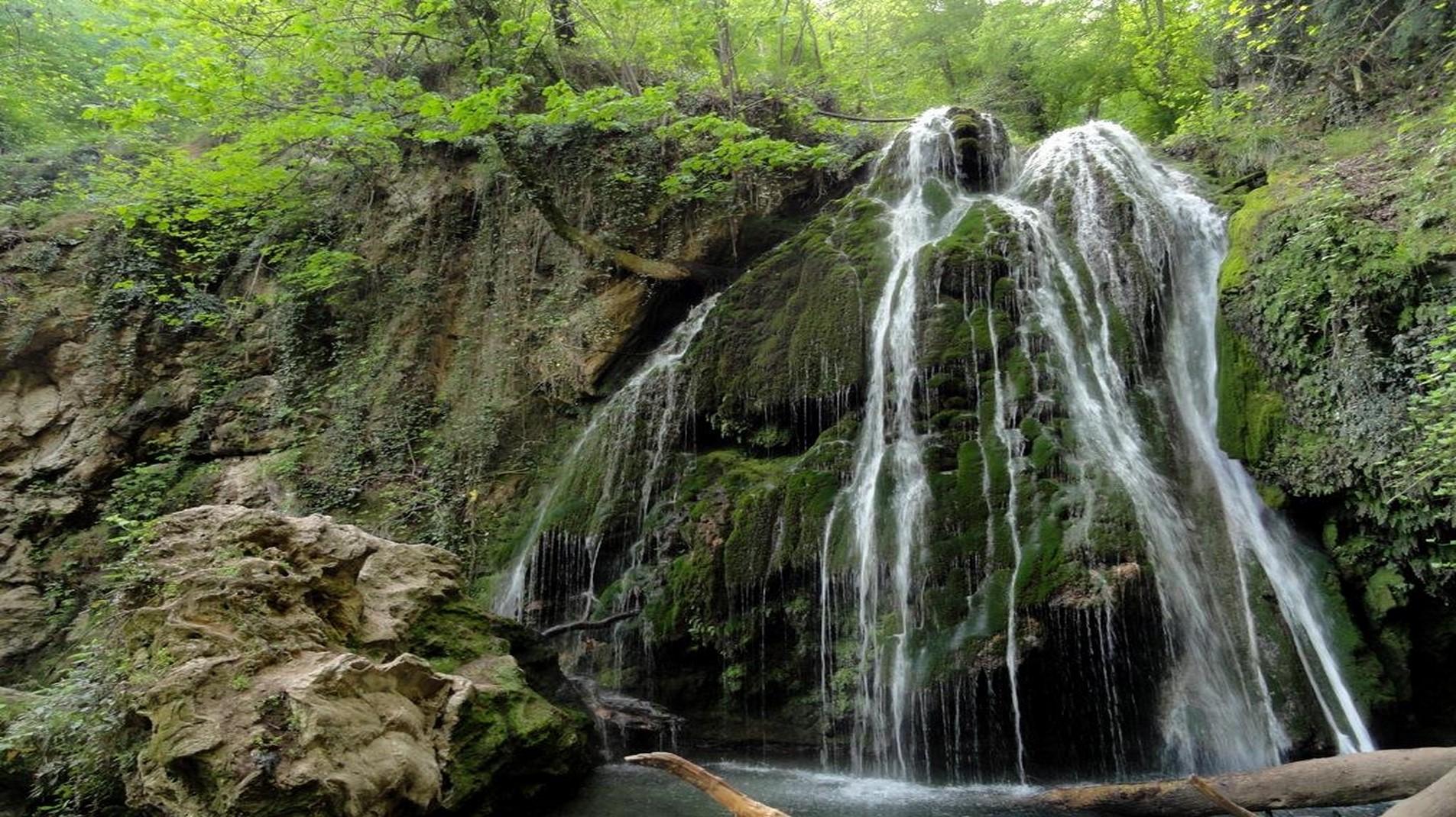 آبشار کبودوال ، آبشاری جاری در دل جنگل سبز