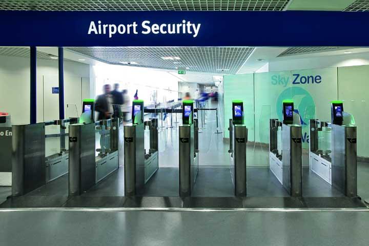رد شدن از گیت امنیت فرودگاه