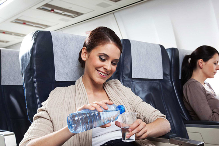 در هواپیما آب معدنی بنوشید | نکات سفرهای هوایی