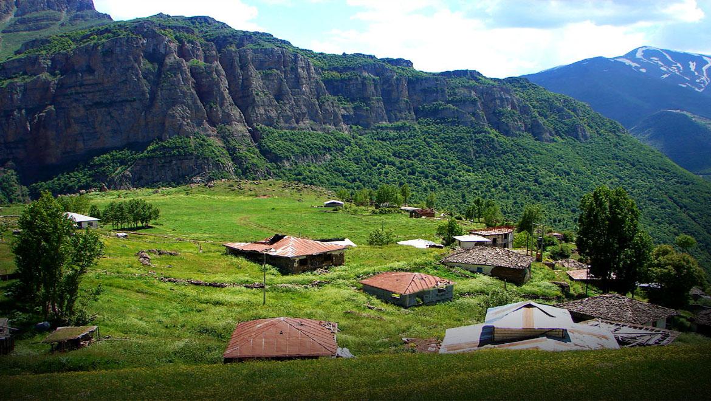 روستای هریجان ؛ دشتی آرمیده در دل صخرهها