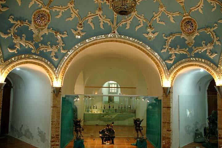 گچبریها و آینهکاریهای زیبای تالار